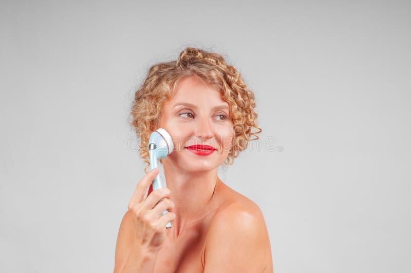 美丽的BOTOX®关心表面面部射入查出s白人妇女 美丽面对她洗涤的妇女 免版税图库摄影