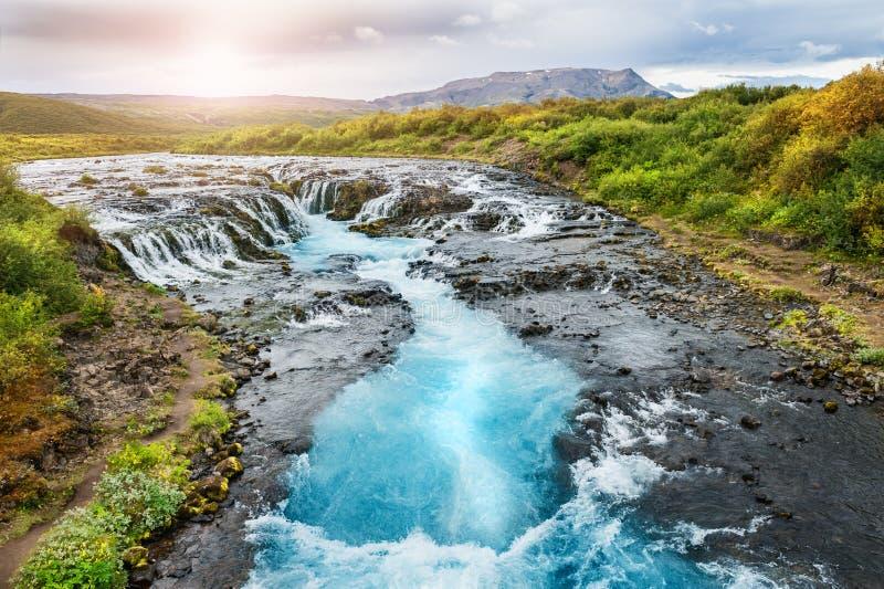 美丽的Bruarfoss瀑布用绿松石水在冰岛 免版税库存图片