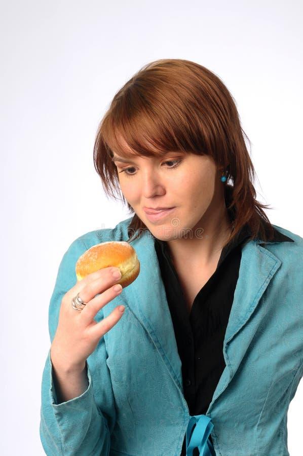 美丽的friedcake妇女年轻人 免版税库存图片