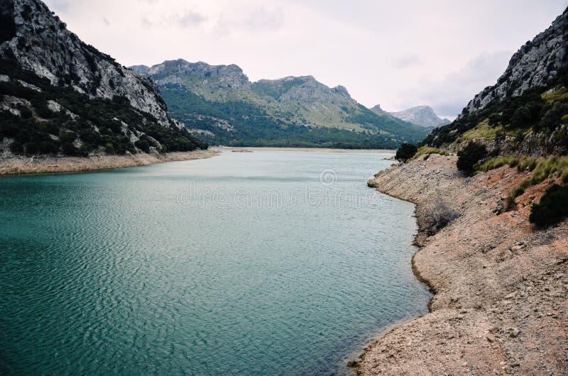 美丽的Gorg Blau湖在Serra de Tramuntana山在马略卡,西班牙,欧洲 免版税库存照片