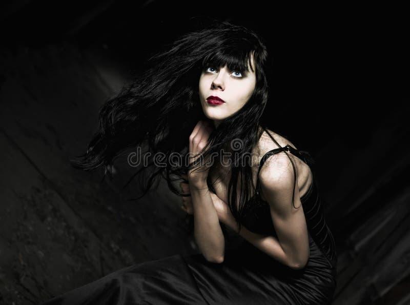 美丽的goth女孩画象在黑暗中的 库存照片