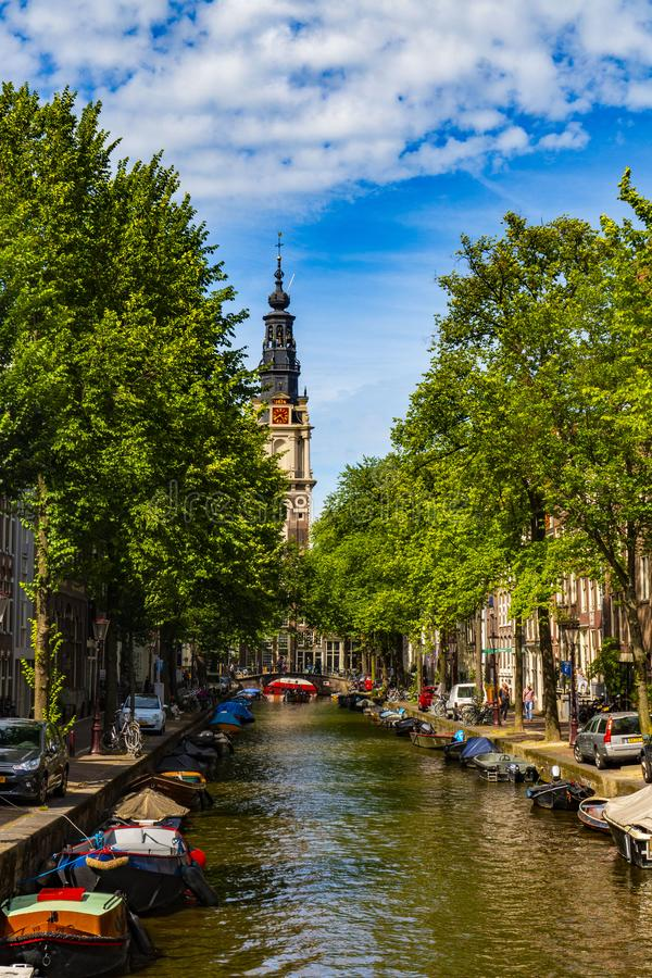 美丽的Groenburgwal运河与Soutern教会南教堂在末端在阿姆斯特丹,荷兰 库存照片