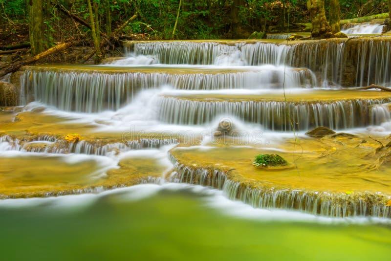 美丽的Huay Mae Kamin瀑布在北碧府 泰国 库存照片