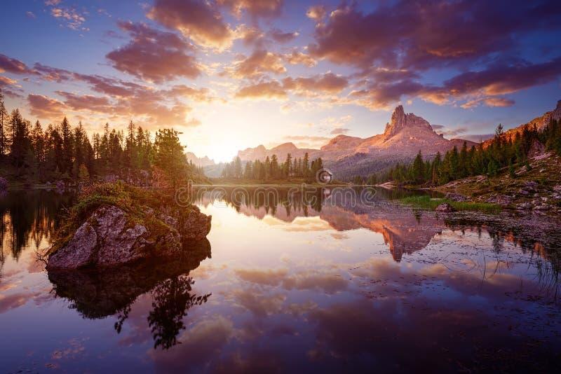 美丽的Lago Di federa清早See 免版税库存图片