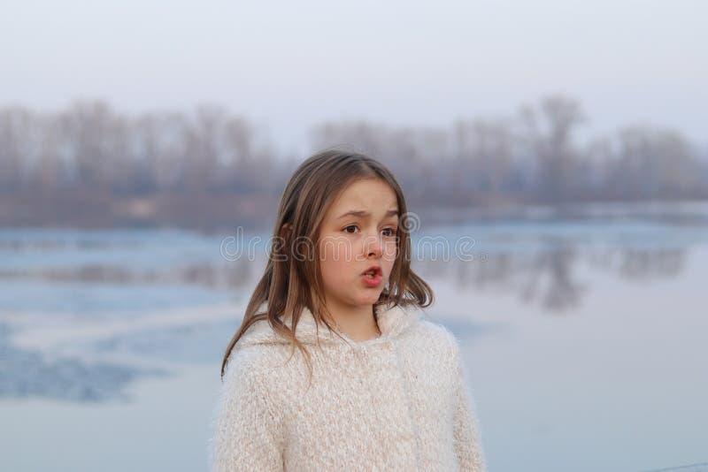 美丽的liitle女孩愤概地谈话与她的眉头 免版税库存图片