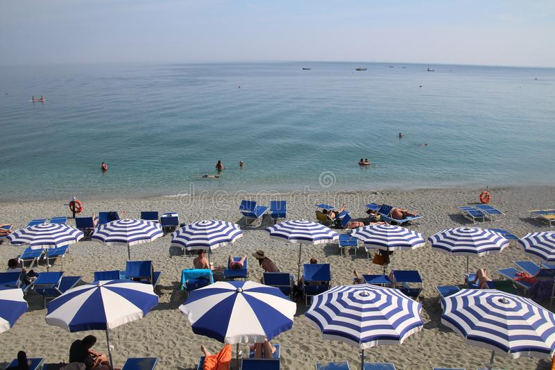 美丽的Monterosso海滩太阳恋人海滩睡椅和遮阳伞,五乡地 库存图片