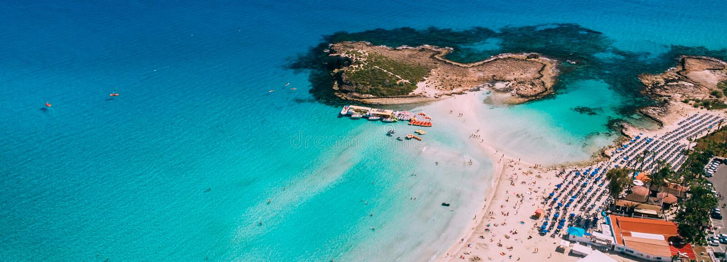 美丽的Nissi海滩鸟瞰图在Ayia Napa 免版税库存图片