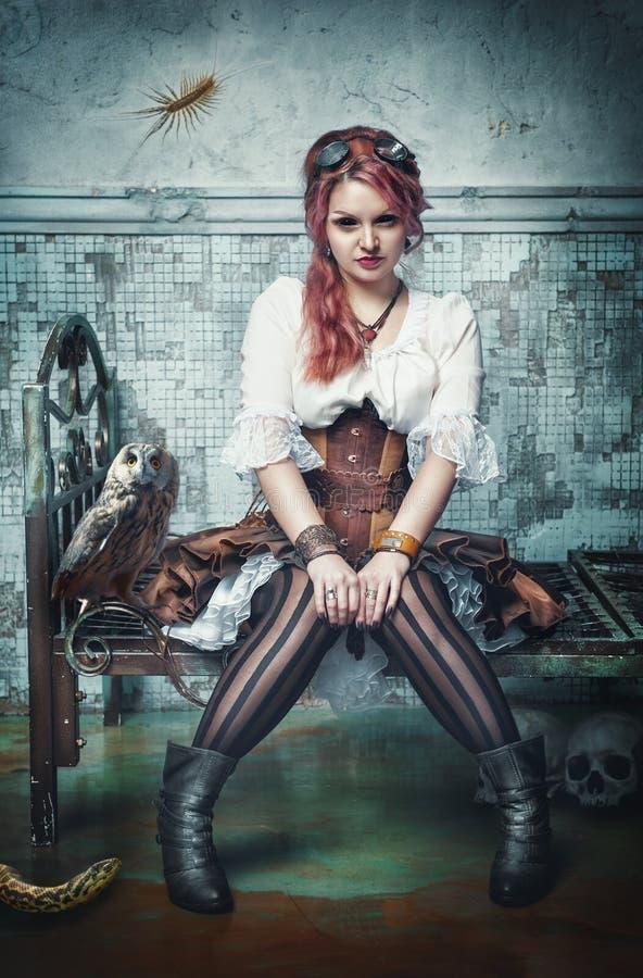 美丽的steampunk巫婆在被放弃的屋子 图库摄影