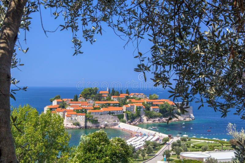 美丽的Sveti斯蒂芬海岛在布德瓦在夏日,从山,黑山的看法 库存照片