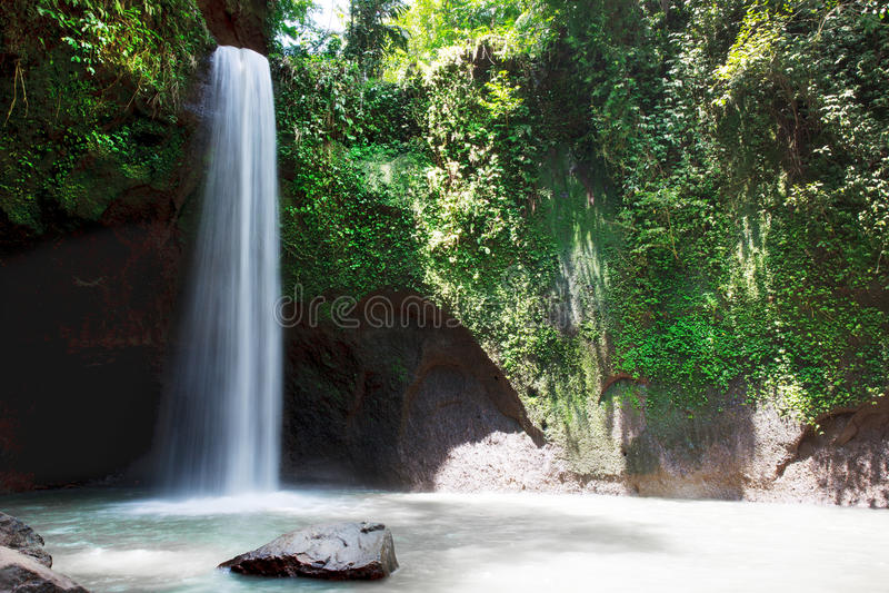 美丽的Tibumana瀑布在巴厘岛 库存图片