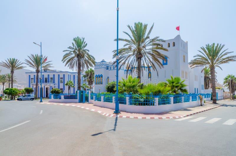 美丽蓝色和白色洗涤了大厦在环形交通枢纽在Sidi Ifni,摩洛哥,北非 图库摄影