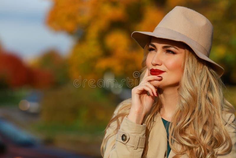 美丽认为妇女 概念秋天 黄色槭树庭院背景 特写镜头纵向 库存照片