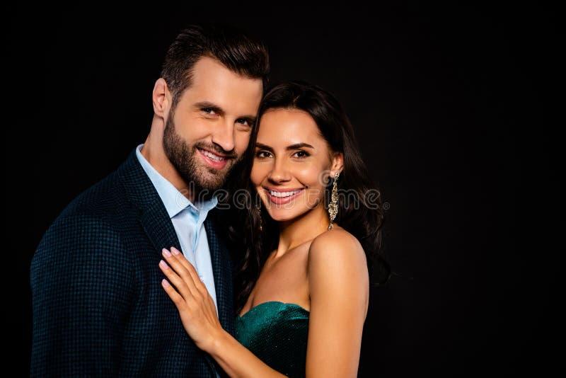 美丽边的简历照片的关闭她她的妻子耳环他他他的丈夫已婚配偶名人流行音乐明星 免版税库存图片