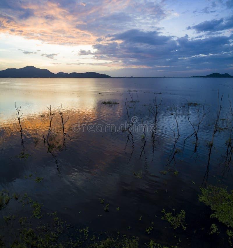 美丽风景在chonburi eas的Bangpra水库暗淡的时间 免版税图库摄影