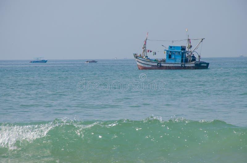 美丽风景渔夫的小船阿拉伯海在果阿印度 免版税库存照片