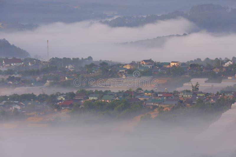 美丽高原的一点房子与浓雾和不可思议的光在黎明第3部分 免版税图库摄影