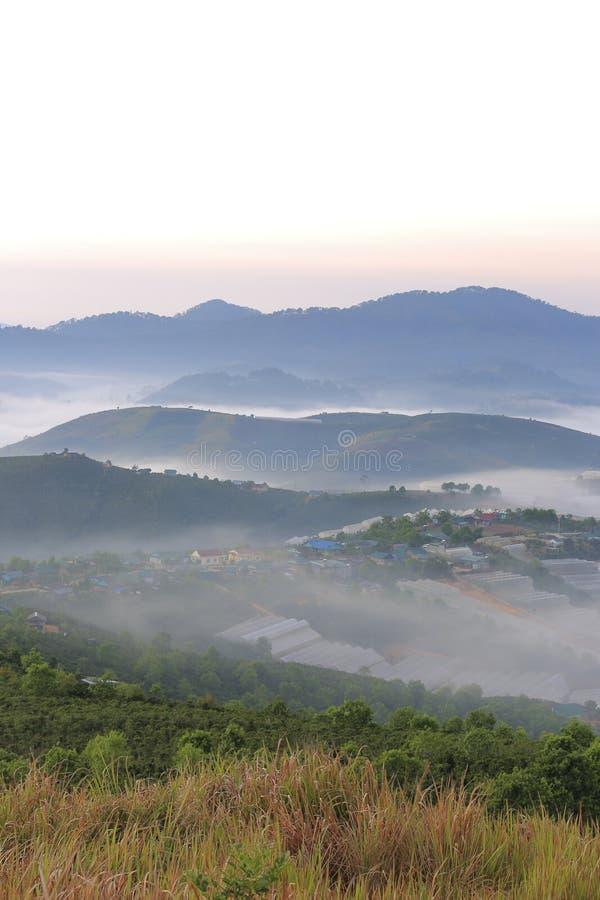 美丽高原的一点房子与浓雾和不可思议的光在黎明第5部分 免版税库存图片