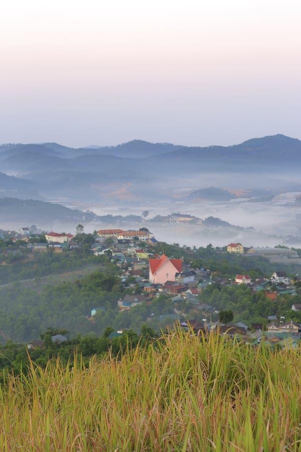 美丽高原的一点房子与浓雾和不可思议的光在黎明第7部分 免版税库存照片