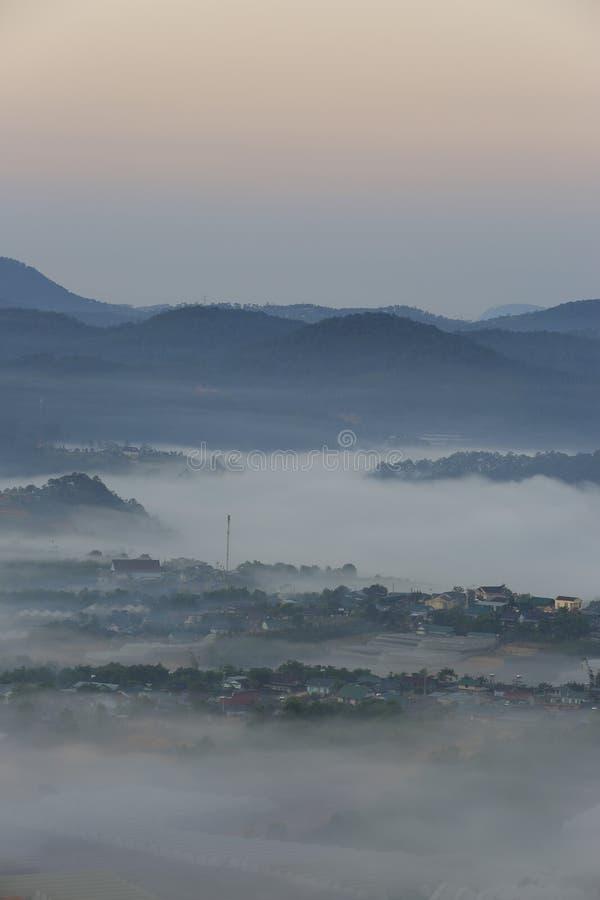 美丽高原的一点房子与浓雾和不可思议的光在黎明第8部分 免版税库存照片