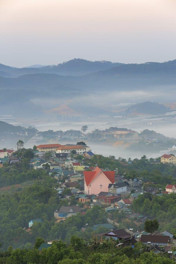美丽高原的一点房子与浓雾和不可思议的光在黎明第9部分 免版税库存图片
