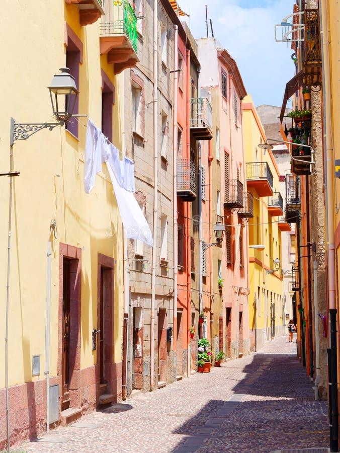 美丽,五颜六色,狭窄的街道的看法在博萨 奥里斯塔,撒丁岛省, 免版税库存图片