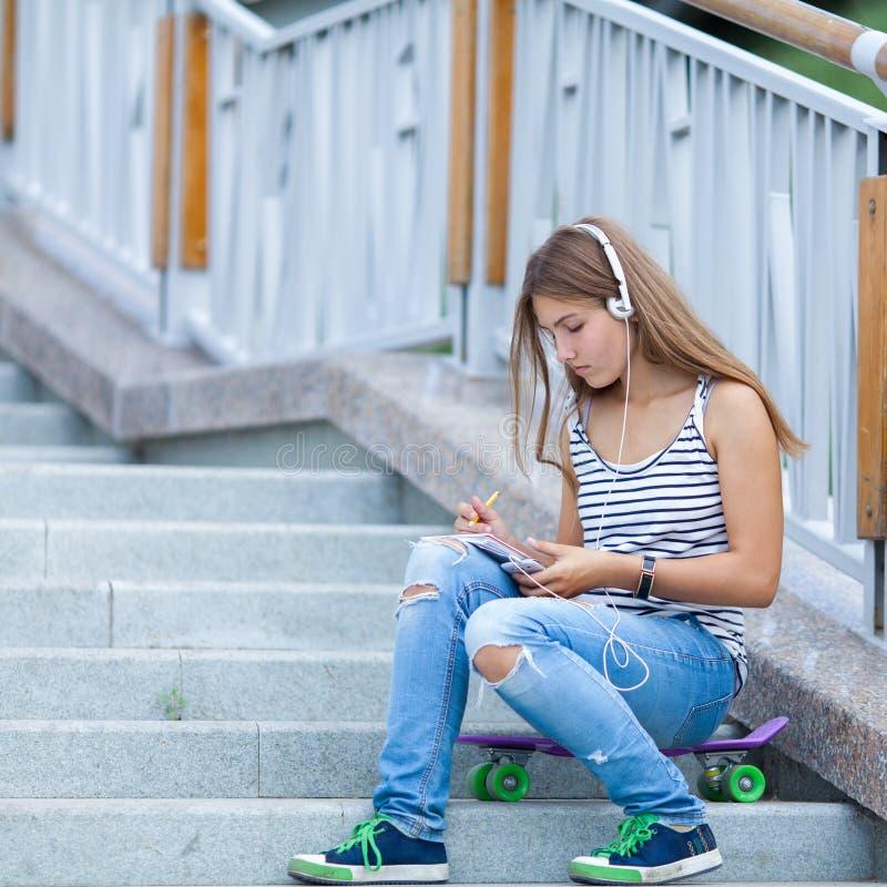 美丽,愉快的女孩画象有智能手机的 免版税库存照片