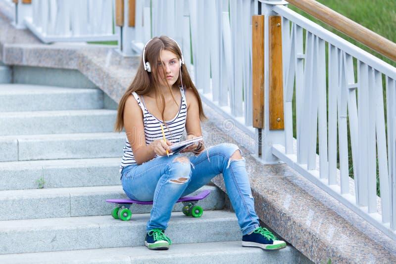 美丽,愉快的女孩画象有智能手机的 免版税库存图片