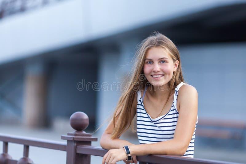 美丽,愉快的女孩画象  免版税库存照片