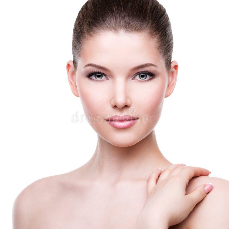 美丽年轻俏丽的妇女的面孔有新鲜的皮肤的 免版税库存图片
