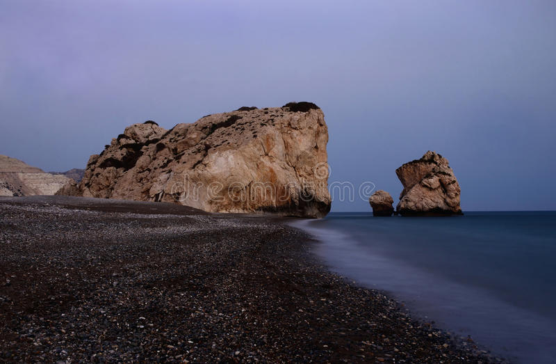美之女神的岩石夜海景靠岸,希腊爱神,塞浦路斯 免版税库存照片