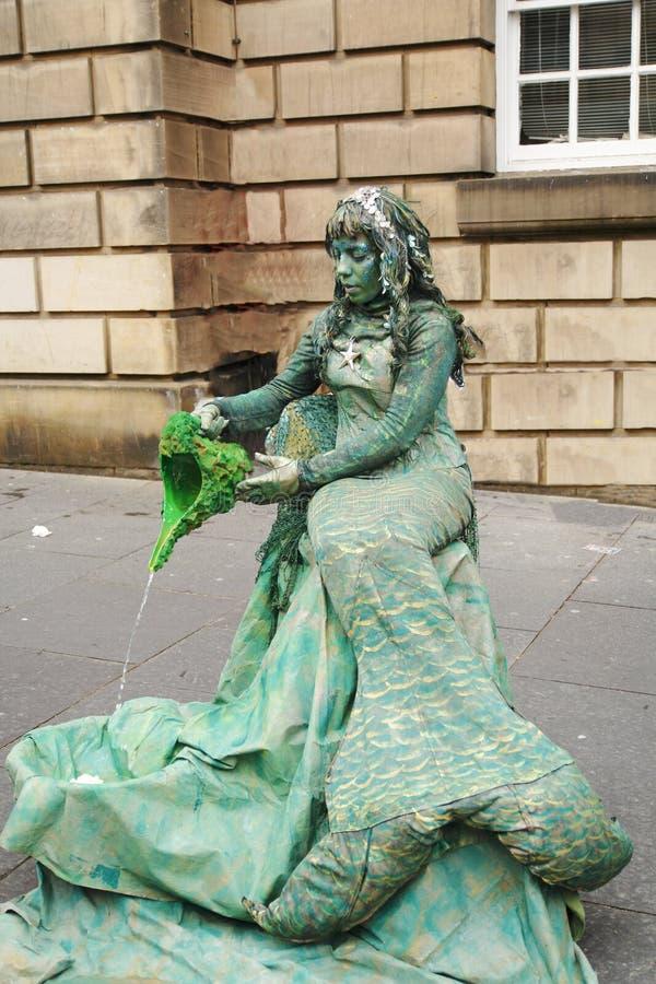 美人鱼,贞女,手势streetart在爱丁堡,边缘街道节日的 库存图片