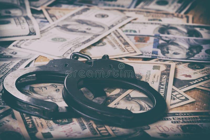 美元和手铐 财政罪行,非法活动 图库摄影