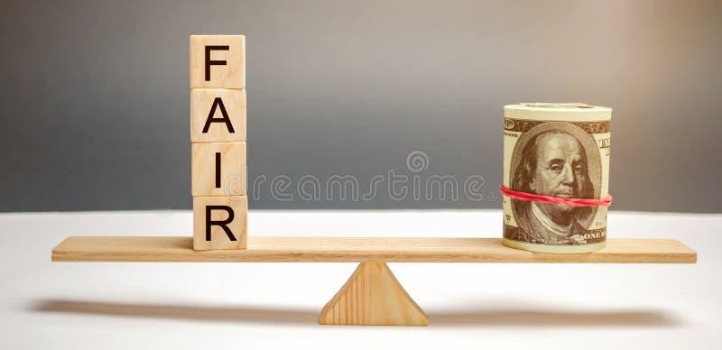 美元和题字市场在木块 平衡 公平价值定价,金钱债务 公平交易 合理的价格 辩解 库存照片