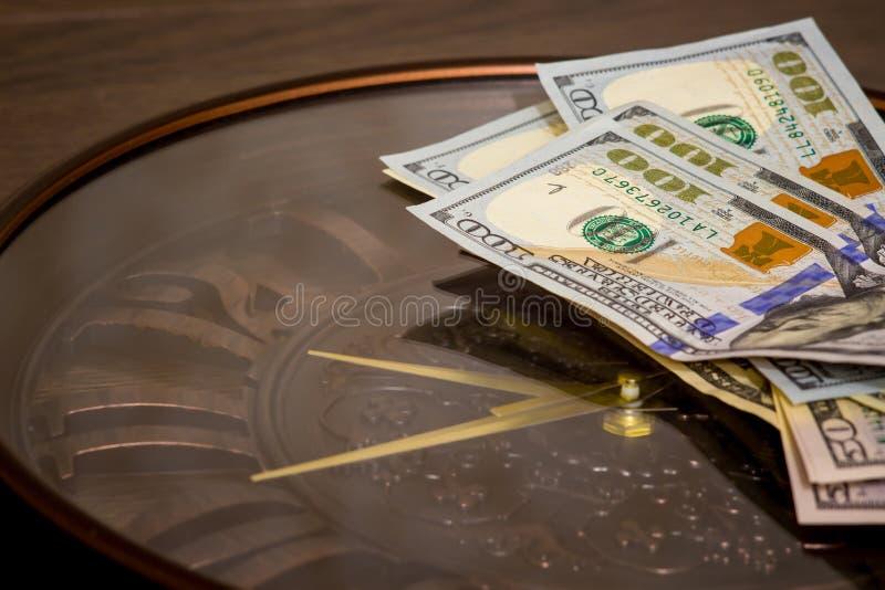 美元在大时钟说谎 时刻挣钱 时间是货币 拷贝space_ 免版税库存图片