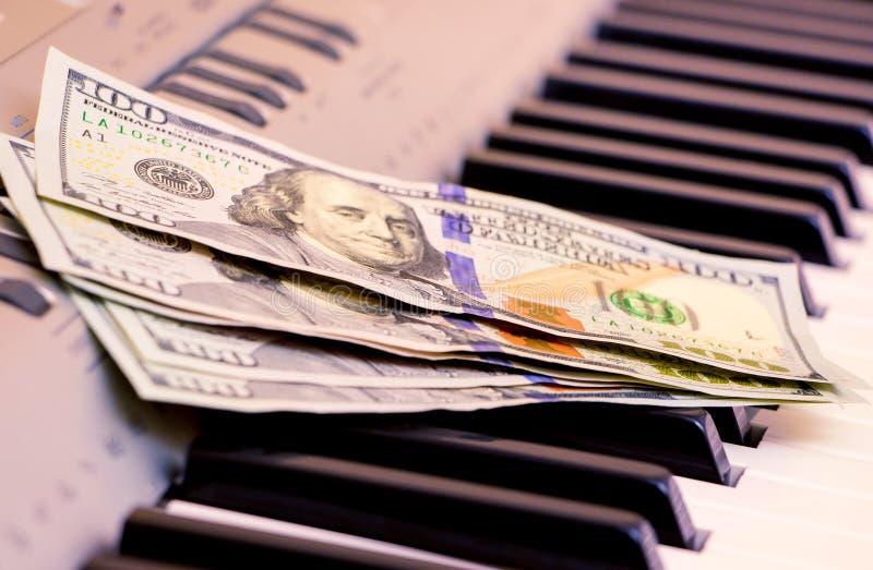 美元在钢琴钥匙说谎 音乐会的付款,从执行音乐works_的赢利 图库摄影