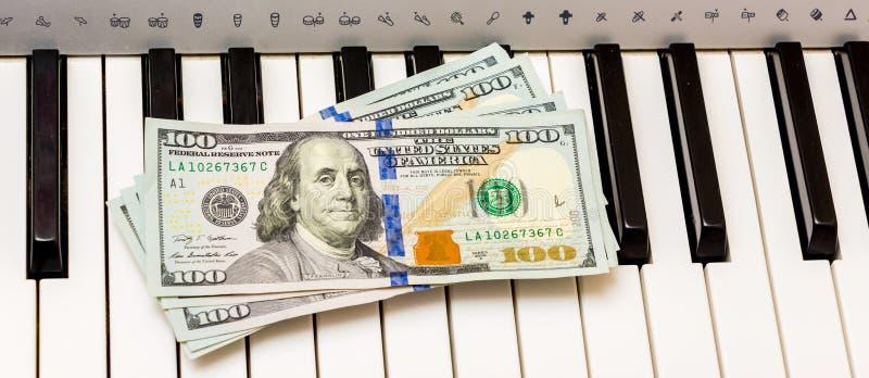 美元在钢琴钥匙说谎 音乐会的付款,从执行音乐works_的赢利 库存图片