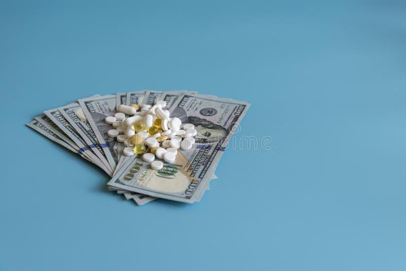 美元药片医学 在美元的处方医学高费用的工业制药概念的医疗保健和军医的 免版税库存照片
