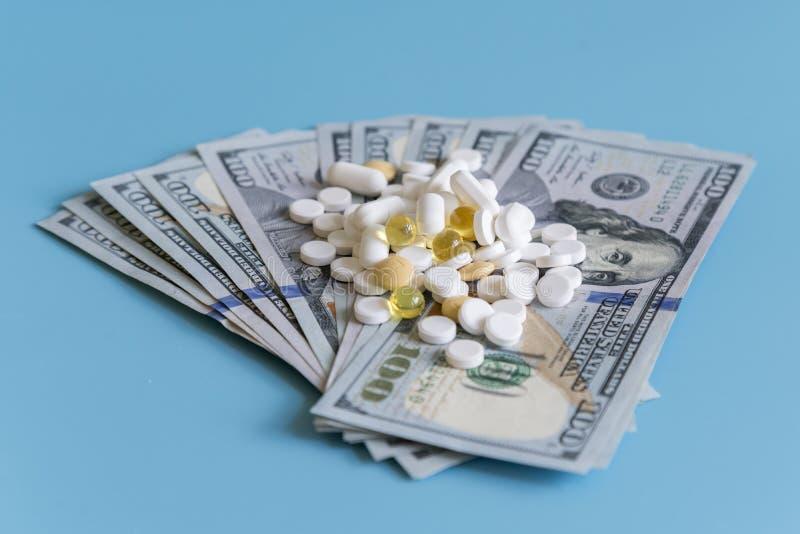 美元药片医学 在美元的处方医学高费用的工业制药概念的医疗保健和军医的 免版税库存图片
