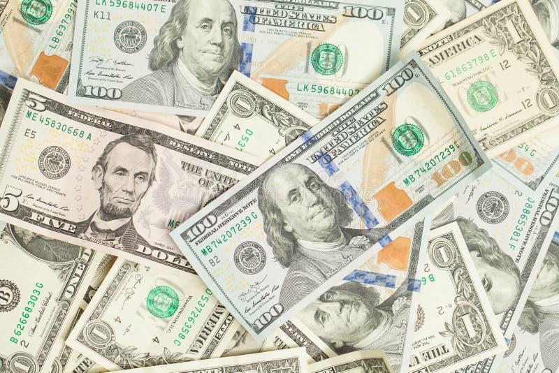 美元金钱现金背景 美国美元堆100张,1张和5张钞票礼物赢利概念 免版税图库摄影