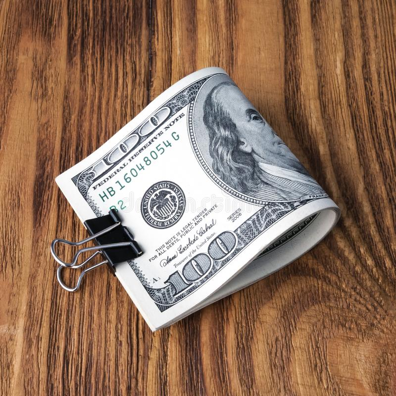 美元钞票说谎在木背景 免版税库存照片