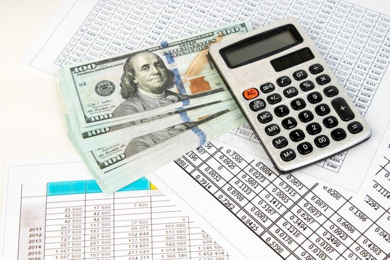 100美元,家庭财务计划概念 事务和财政报告与金钱,计算器在书桌上财政 免版税图库摄影