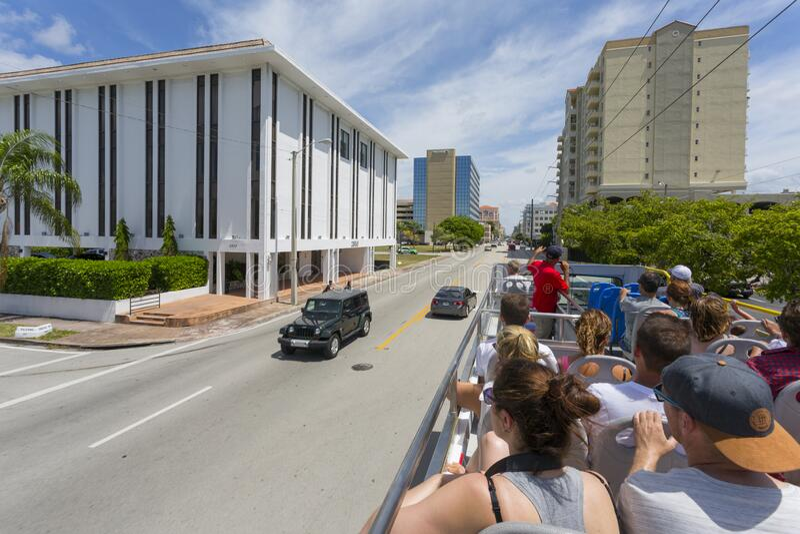 美利坚合众国佛罗里达州迈阿密珊瑚盖布尔斯的开放式顶层巴士 免版税库存照片