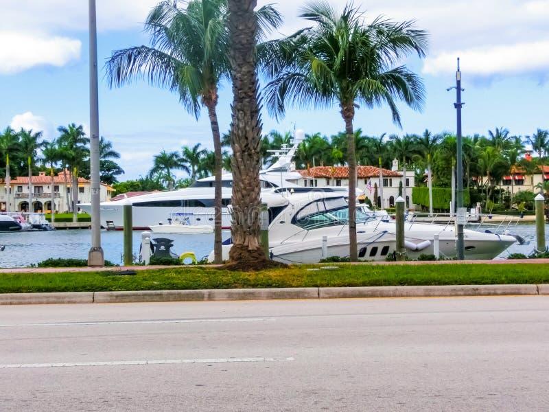 美利坚合众国迈阿密 — 2019年11月30日:佛罗里达州迈阿密海滩,靠近柯林斯海滩的豪华公寓 图库摄影