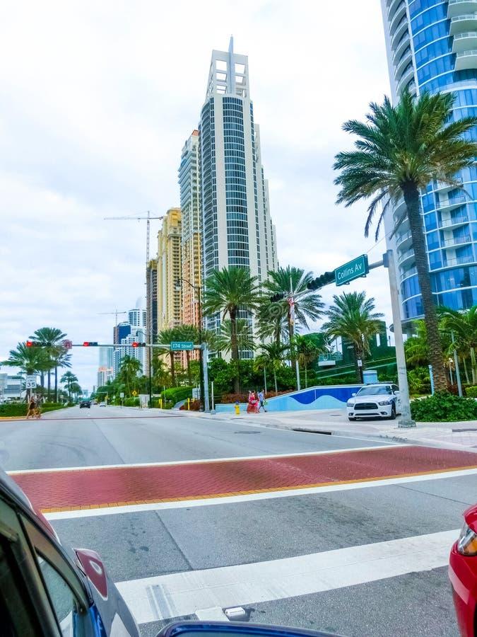 美利坚合众国迈阿密 — 2019年11月30日:佛罗里达州迈阿密海滩,靠近柯林斯海滩的豪华公寓 库存图片