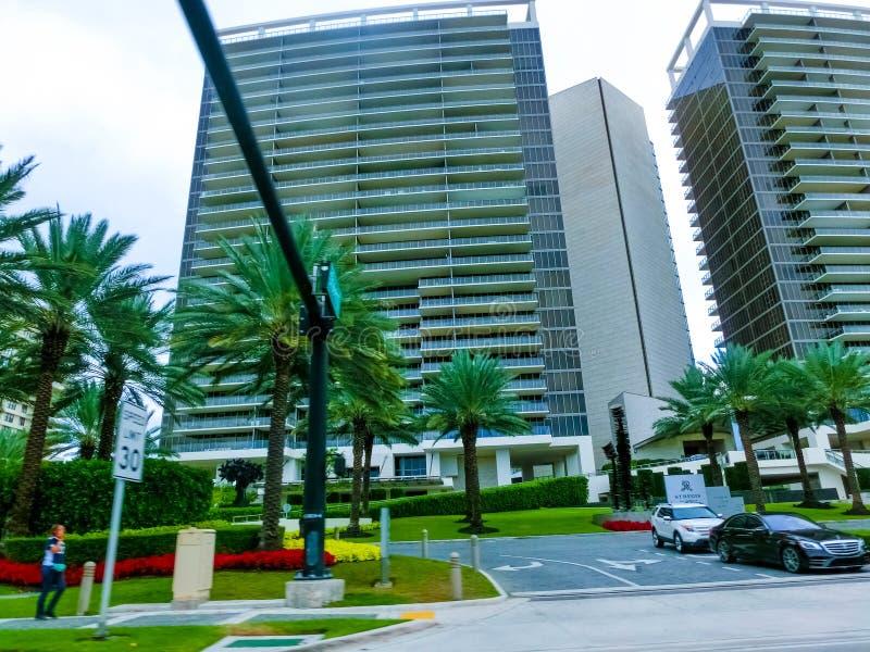 美利坚合众国迈阿密 — 2019年11月30日:佛罗里达州迈阿密海滩,靠近柯林斯海滩的豪华公寓 免版税库存图片