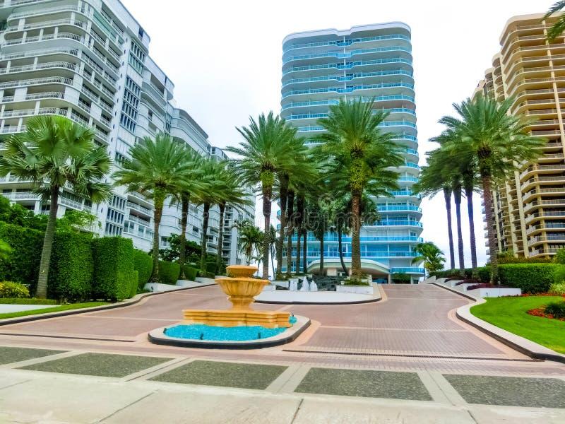 美利坚合众国迈阿密 — 2019年11月30日:迈阿密柯林斯大道街景交通和著名酒店 库存照片