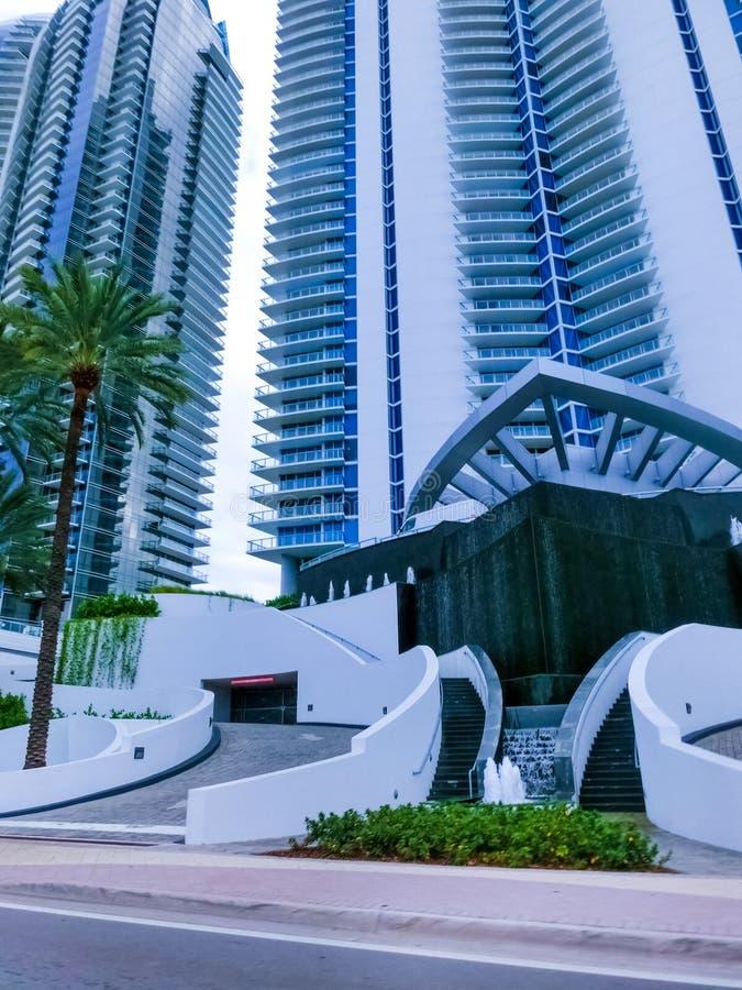 美利坚合众国迈阿密 — 2019年11月30日:迈阿密柯林斯大道街景交通和著名酒店 图库摄影