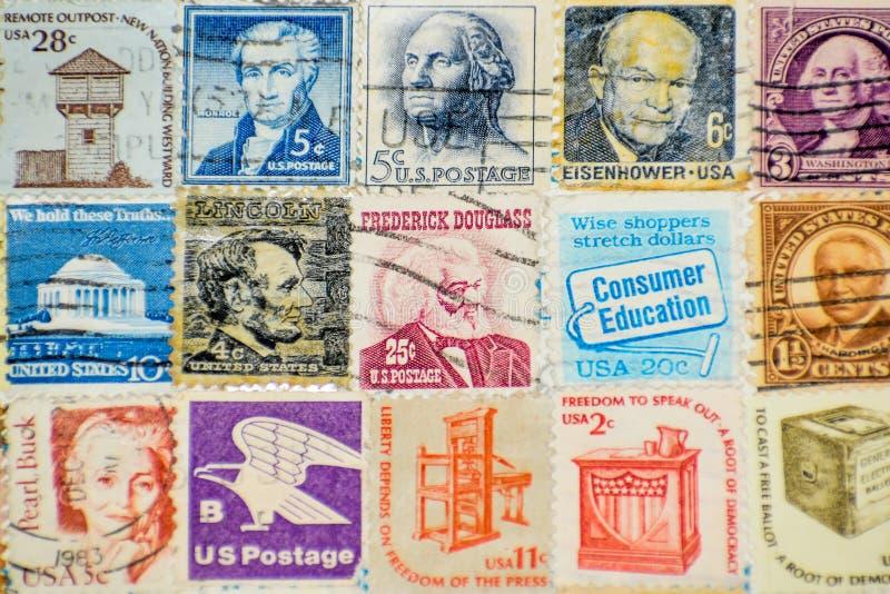 美利坚合众国邮票收藏背景。旧美利坚合众国邮票集。德怀特・D艾森豪威尔、乔治・华盛顿、亚伯 库存图片