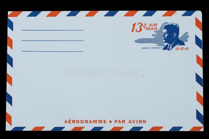 美利坚合众国-大约1968年:航空邮件的一个老信封与约翰F画象  肯尼迪 免版税库存图片
