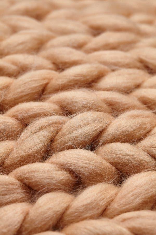 美利奴绵羊的羊毛手工制造被编织的大毯子,超级大块的毛线,时髦概念 被编织的毯子,美利奴绵羊的羊毛背景特写镜头  库存图片